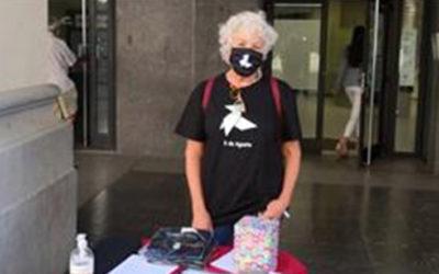 Mascarillas y camisetas con una pajarita rinden homenaje a Ramón Acín